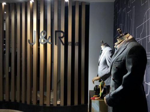 J&R初绽是一家具有20年服装定制经验的高定工作室